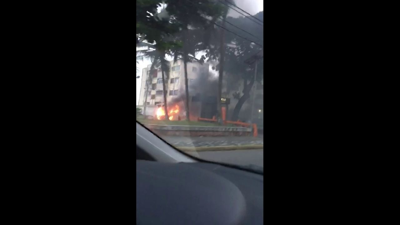 Carro pega fogo na Praça Doze de Março, em Olinda