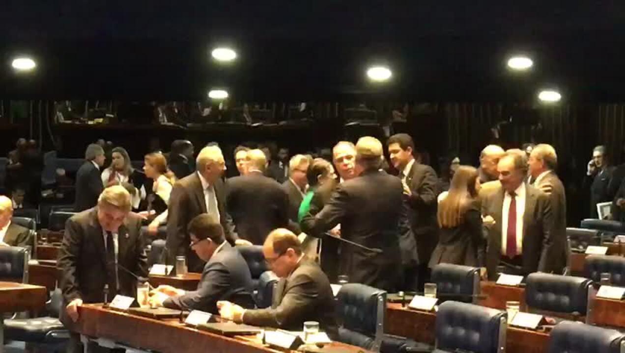 Após discurso, Aécio é cumprimentado por senadores no plenário