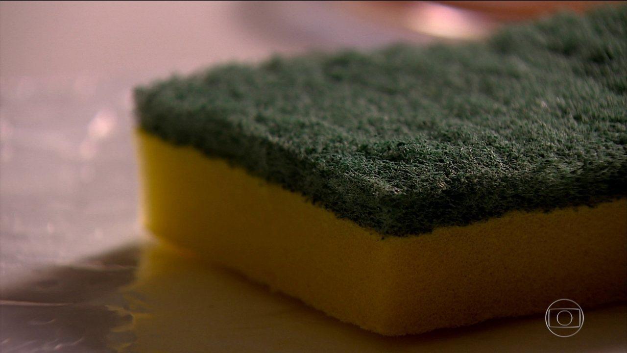 Esponja de cozinha pode ser mais suja do que a própria louça, alertam pesquisadores