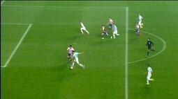 <p>  Messi carrega desde o campo de defesa até entregar para Pastore na entrada da área. O meia do PSG conduz e chuta rasteiro, no meio do gol, e Villar rebate para escanteio.</p>