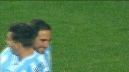 """<p>  <span class=""""msg""""><strong>Pouco após entrar em campo, Higuaín faz a goleada virar massacre! </strong>Messi ataca novamente de garçom e deixa o companheiro livre para mandar uma bomba para o fundo das redes de Villar.<strong><br />  </strong></span></p>"""