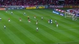 <p>  William sai em velocidade, aparece nas costas da zaga do Corinthians e Cássio precisa sair rapidamente do gol.</p>