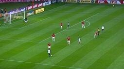 <p>  Love descola lindo passe para Elias, que tem a chance de fazer o segundo, mas a zaga do Inter trava no momento certo.</p>