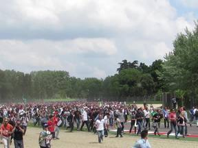 Vinte mil fãs invadem Ímola em homenagem a Senna