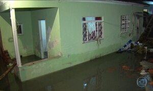 Rompimento de tubulação da Cedae inunda bairro de Nova Iguaçu, RJ