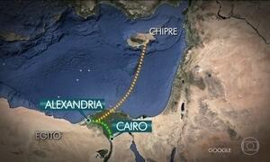 Egípcio que mantinha reféns em avião se entrega após sete horas