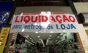 Comércio enfrenta a crise com liquidação e fechamento de lojas