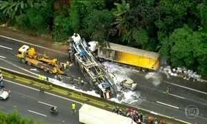 Acidente entre duas carretas deixa um morto em rodovia de SP