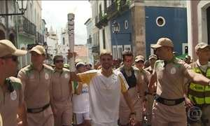 Tocha olímpica passa por pontos turísticos de Salvador
