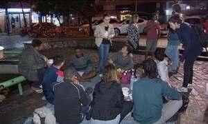 Moradores de rua sofrem com o frio e recebem a ajuda de voluntários, no Rio