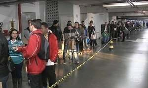 Centenas de pessoas formam fila para concorrer às vagas em supermercado