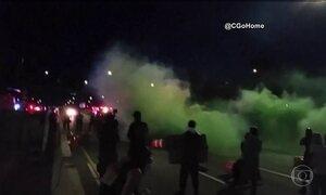 Protestos violentos marcam o fim de semana nos EUA contra a morte de negros