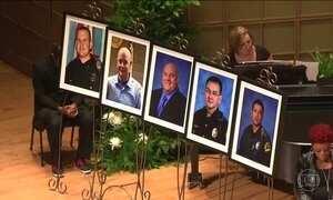 Corpos de três dos cinco policiais mortos são enterrados nos EUA