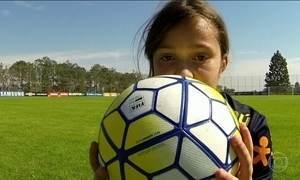 Menina de 12 anos conhece a seleção brasileira feminina de futebol