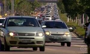 Motoristas descarregam a bateria do carro ao esquecer faróis ligados