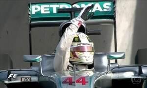 Tricampeão Lewis Hamilton assume a liderança no campeonato