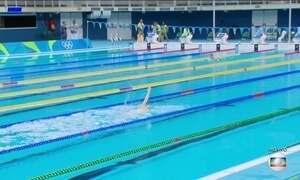 Atletas de natação treinam até de noite para a Olimpíada