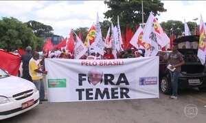 Manifestantes contra impeachment de Dilma fazem caminhada