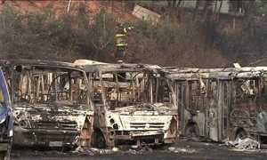 Incêndio destrói 80 ônibus dentro de garagem em Mauá (SP)