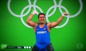 Atleta do levantamento de peso das ilhas Kiribati faz sucesso com dancinha