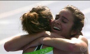 Neozelandesa e americana dão exemplo de espírito olímpico nos 5 mil metros