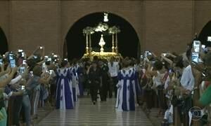 Milhares de fiéis se reúnem durante o dia em Aparecida, no interior de SP