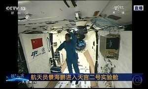 Astronautas chineses acoplam nave espacial em laboratório