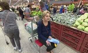 Inventor brasileiro cria carrinho de supermercado com banquinho para idosos