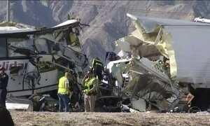 Acidente entre ônibus e carreta na Califórnia deixa 13 mortos