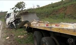 Acidente entre carreta e ônibus deixa seis mortos e 40 feridos em Minas Gerais