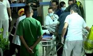 Sobreviventes retirados da montanha são levados para hospitais da região