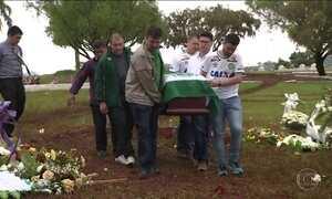 Vítimas de acidente com voo da Chape são sepultadas em várias regiões do país