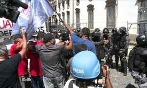 Servidores públicos e policiais entram em confronto durante protesto