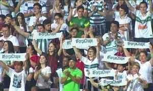 Chapecoense recebe homenagens no estádio onde decidiria a Sul-Americana, no PR
