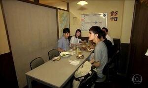 Escola vira inspiração para a decoração de bar temático no Japão