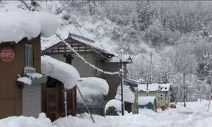 Neve chega a dois metros de altura no Japão