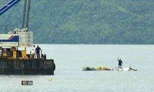 Equipes retiram avião que caiu no mar no RJ