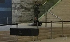 Homem armado ataca soldado no Museu do Louvre, em Paris