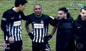 Brasileiro Everton Luiz é alvo de ataque racista em jogo na Sérvia