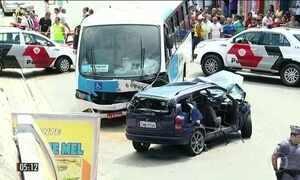 Carro bate em micro-ônibus e provoca morte de seis pessoas em SP
