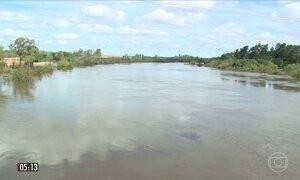 Cheia de rio impede que moradores voltem para casa em Alegrete (RS)