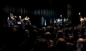 Mélenchon atrai multidões em discurso virtual com holograma na França