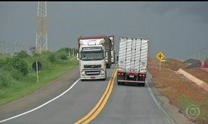 Veículos que circulam por rodovias de MG são separados por uma faixa pintada no chão