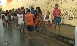 Pacientes aguardam em condições precárias atendimento em hospital público do MA