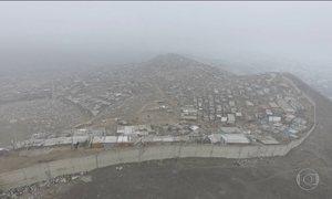 Muro separa ricos e pobres em Lima, no Peru