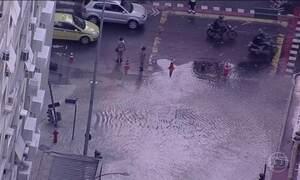 Vazamento transforma uma rua de Copacabana em um grande rio