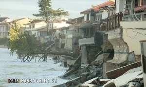 Ressaca do mar causa interdição de casas em SC