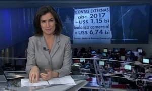 Contas externas têm superávit de US$ 1 bi em abril