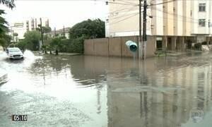Excesso de chuva deixa bairros em baixo d'água em Maceió (AL)