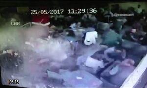 Imagens mostram invasão de caminhão a restaurante em Porto Alegre (RS)